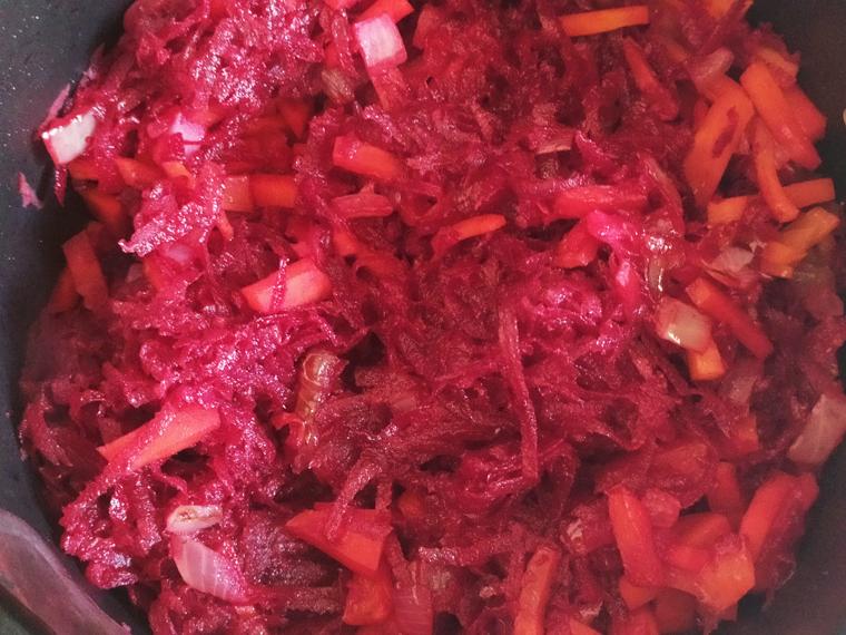 Рецепт свекольного борща с курицей, томатами и лимонным соком - шаг 6